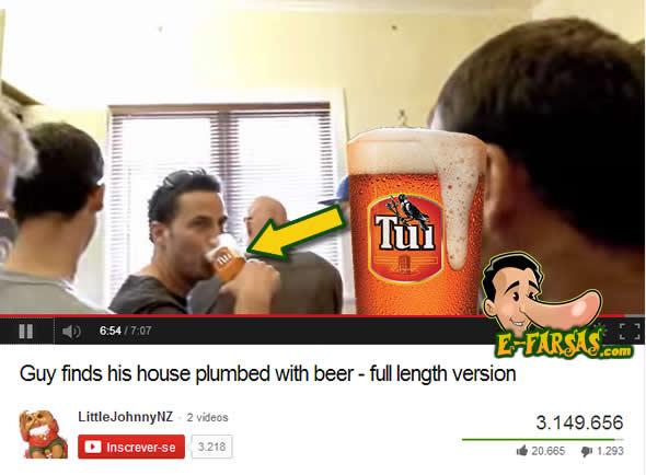 Note que o rapaz segura o copo de maneira a destacar a marca da cervejaria! (foto: Reprodução/YouTube)