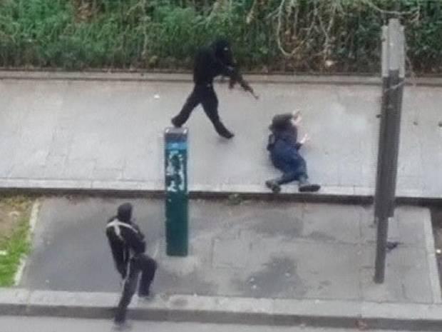 Terrorista atira em policial desarmado em calçada de Paris! Seria tudo isso uma encenação?