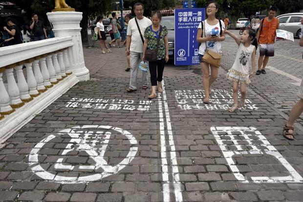 Cidade chinesa agora possui calçadas próprias para usuários de smartphone! Será verdade? (foto: Reprodução)