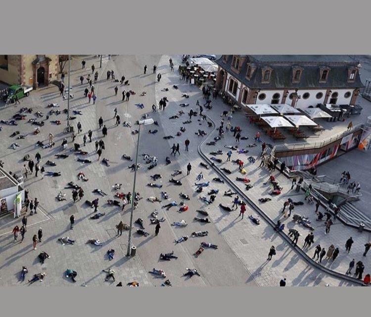 Foto mostra centenas de chineses mortos pelo coronavírus em uma praça! Será verdade?