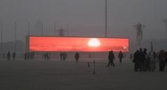 China transmite o nascer do sol em telões por causa da poluição! Será verdade? (foto: Reprodução/Facebook)