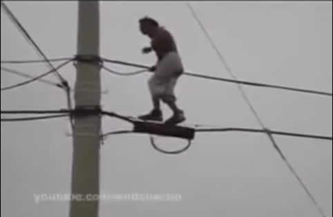 Homem leva choque ao dançar pendurado em fios de alta tensão! Verdadeiro ou falso? (foto: Reprodução/YouTube)