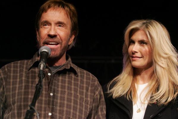 Chuck Norris ao lado da esposa durante culto! Será verdade?