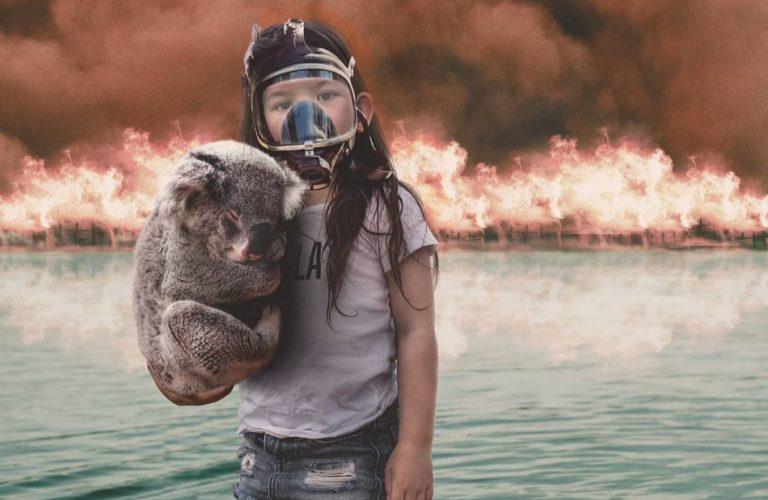 Foto de uma menina usando máscara e segurando um coala é verdadeira ou falsa?