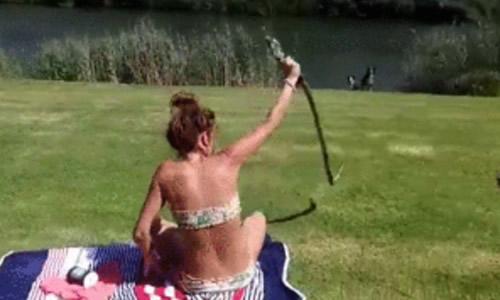 Mulher pega cobra pela cabeça no momento do bote! Será?