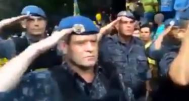 Policiais estariam batendo continência aos manifestantes! Será verdade?