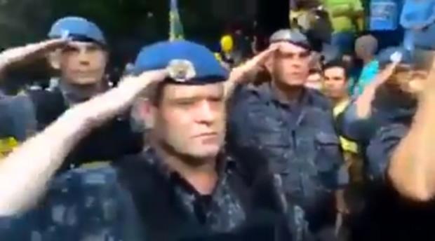 Tropa de Choque bateu continência para os manifestantes?