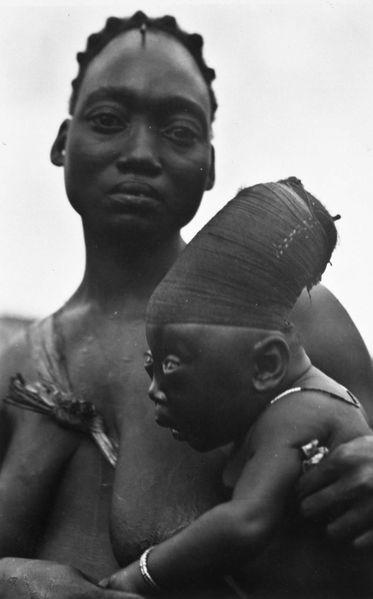 Modificação de crânio feita em um membro do povo Mangbetu, na República Democrática do Congo (foto: Reprodução/Wikipédia)