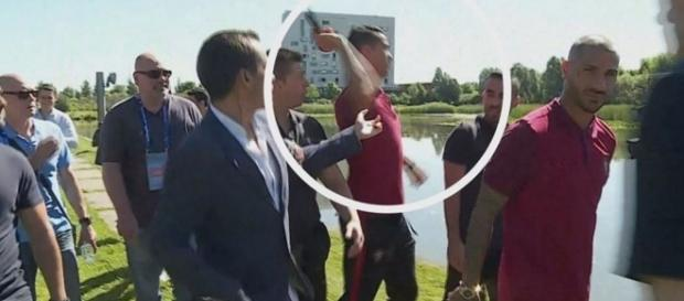 Cristiano Ronaldo jogou o microfone de um repórter israelense no lago?