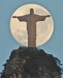 Cristo Redentor com a Lua ao fundo! Será real ou montagem?