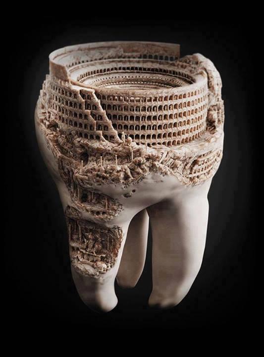 Artista teria conseguido esculpir o Coliseu de Roma em um dente humano! Verdadeiro ou falso? (foto: Reprodução/Facebook)