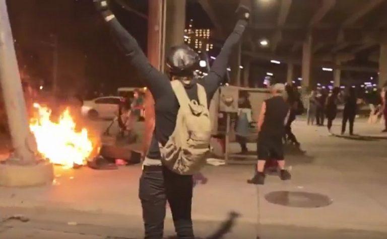Vídeo mostra esquerdistas queimando os pertences de um morador de rua?