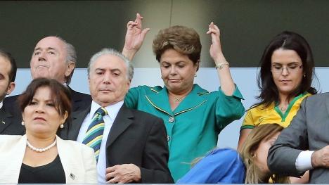 """Presidente Dilma fazendo """"figuinha"""" com as mãos durante abertura da Copa. (foto: Estadão/Nilton Fukuda)"""