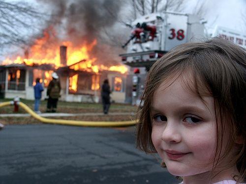 Disaster Girl - Uma das imagens mais famosas da internet.