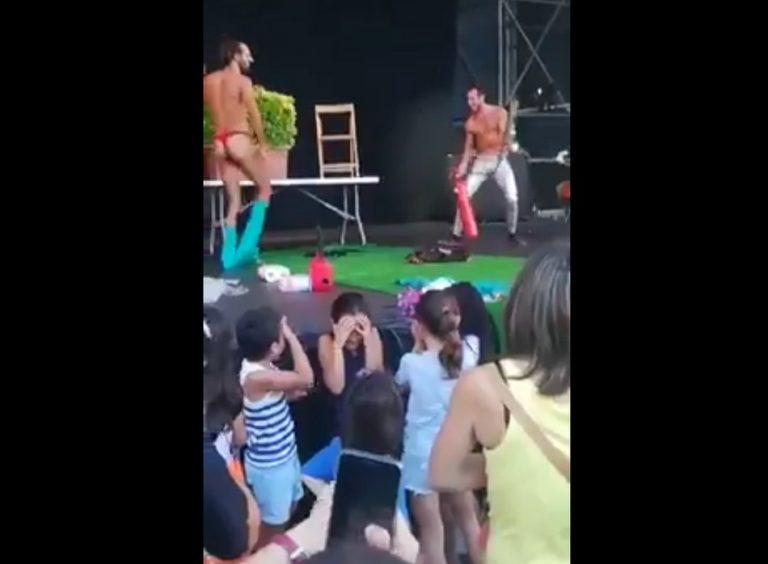 """Um """"striptease"""" ocorreu perante uma plateia de crianças para ensiná-las sobre diversidade?"""