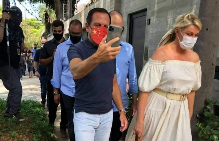 João Doria foi votar usando uma máscara com a bandeira da China?
