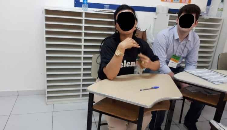 É verdade que uma mesária trabalhou vestindo camiseta escrita #EleNão?