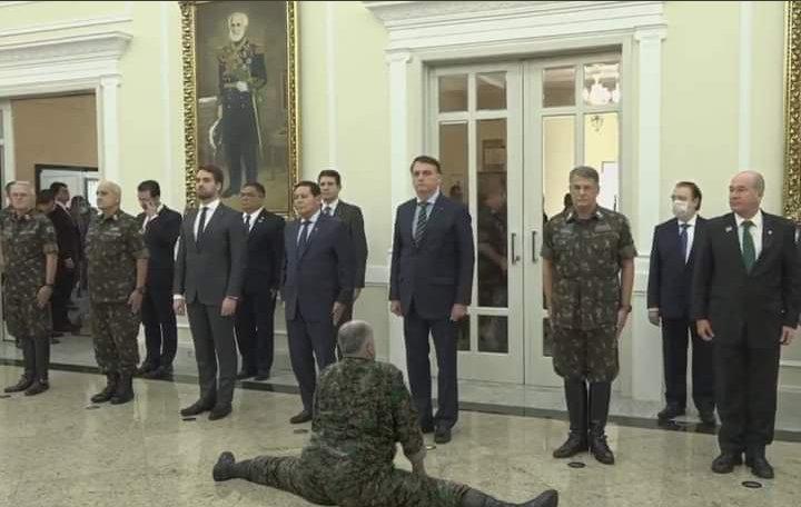 Foto mostra Eduardo Pazuello fazendo espacate na frente de Bolsonaro! Será verdade?