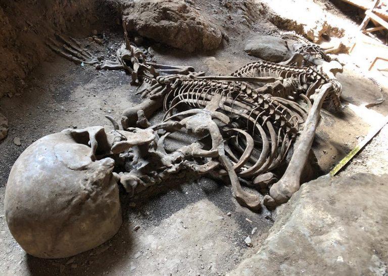Esqueleto humano gigante encontrado na Tailândia! Será verdade?