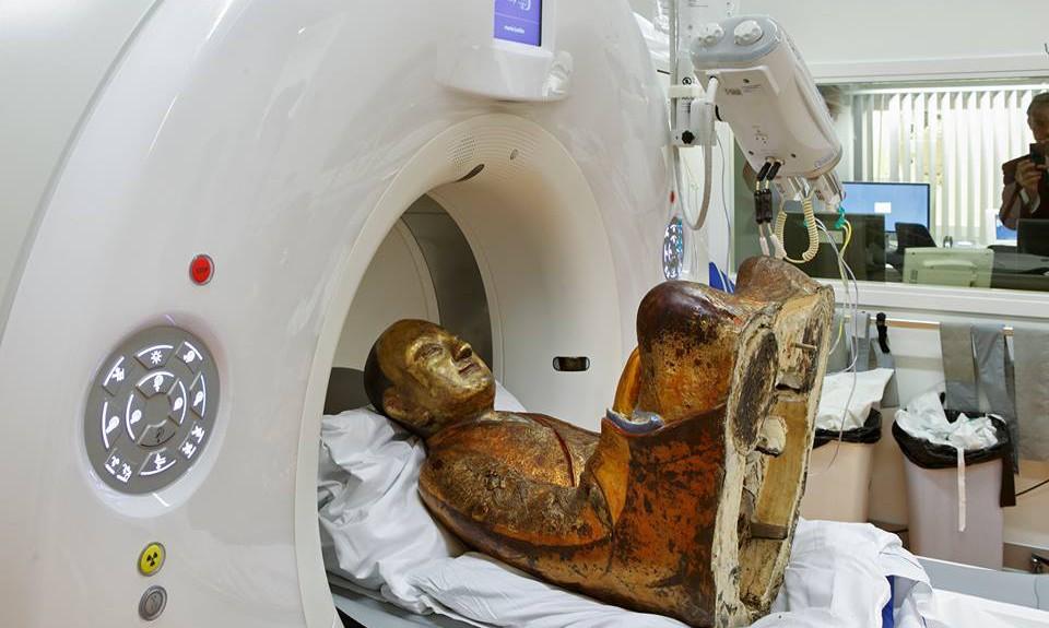 Estátua sendo submetida a exames em um centro médico holandês! (foto: Reprodução/YouTube)