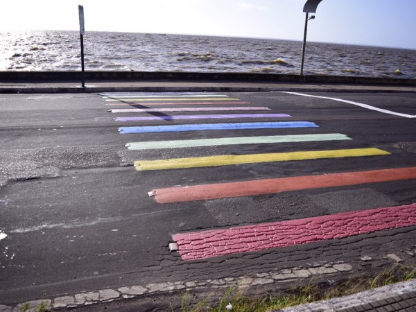 Homem se recusa a atravessar em faixa LGBT e morre atropelado! Será?