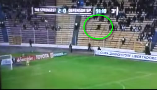Fantasma é flagrado em partida da Libertadores! Verdadeiro ou falso? (foto: Reprodução/YouTube)