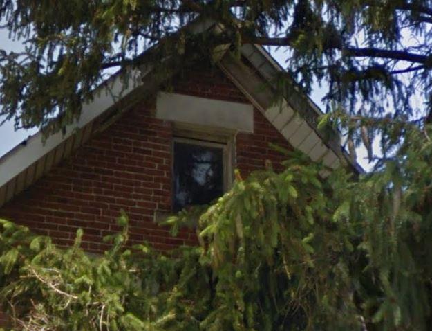 Ampliação da imagem feita no próprio site do Google Street View mostra que não há nenhum fantasma ali!