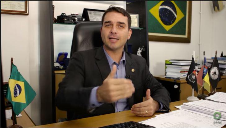Será que Flávio Bolsonaro gravou um vídeo criticando o governo do próprio pai?