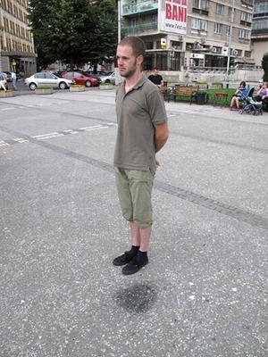 O rapaz da foto não está levitando. É a mancha no chão que dá a ilusão do fenômeno! (foto: Reprodução)
