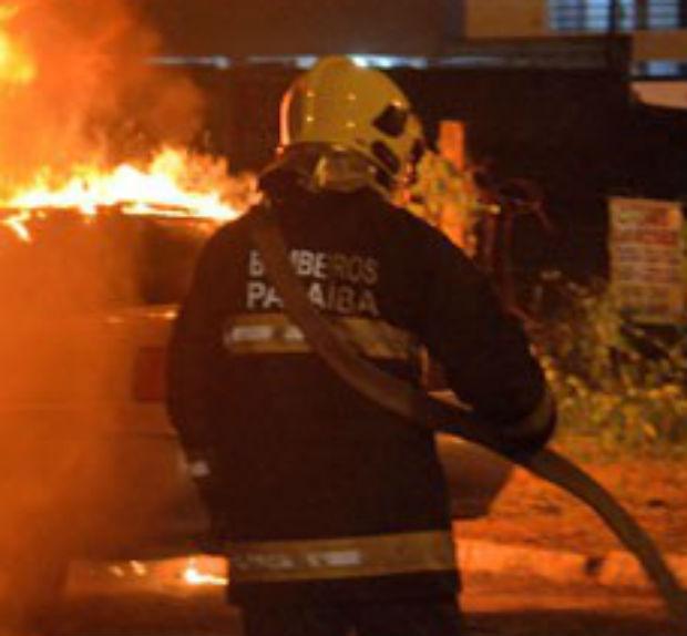 Detalhe no uniforme do bombeiro mostra que ele é da Paraíba! (foto: Reprodução)
