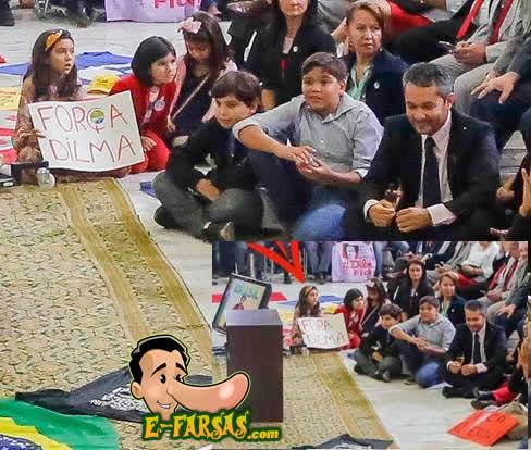 """""""Força Dilma"""" é o que diz o cartaz! (Reprodução)"""