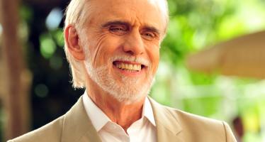 'Faleceu agora à noite, o Brasil perde hoje um dos seus maiores atores, se ele fez parte da sua vida, compartilha. Vai com Deus Chico Cuoco'.