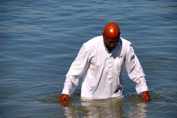 Franck Kabele teria morrido afogado após tentar repetir  o milagre de caminhar sobre as águas! Verdade ou mentira? (foto: Reprodução/Facebook)