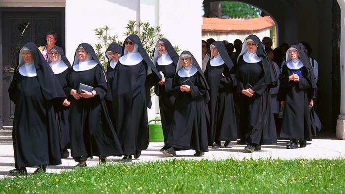 Nove freiras que abrigavam refugiados ficam grávidas! Milagre?