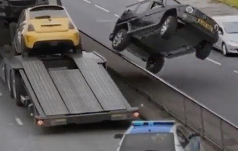 Carro foge da polícia saltando na rampa de um caminhão guincho! Será verdade?