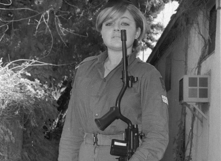 Um estranho fuzil foi utilizado por mulheres nas Forças Armadas?