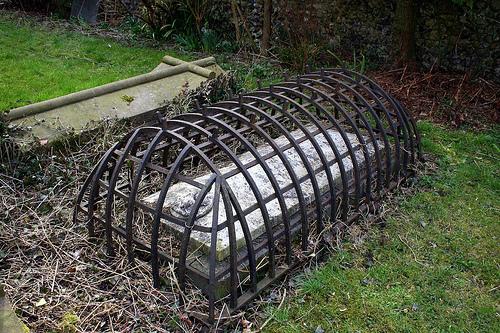 Gaiolas de ferro eram instaladas nos túmulos para evitar ataques de zumbis e vampiros! Verdadeiro ou falso?