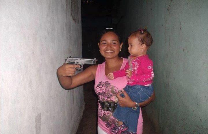 Garota apontando uma arma para uma criança! Verdadeiro ou farsa?
