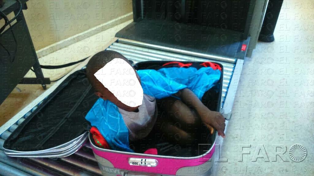 O menino saiu da mala desorientado, mas não sofreu com a falta de ar! (foto: Reprodução)