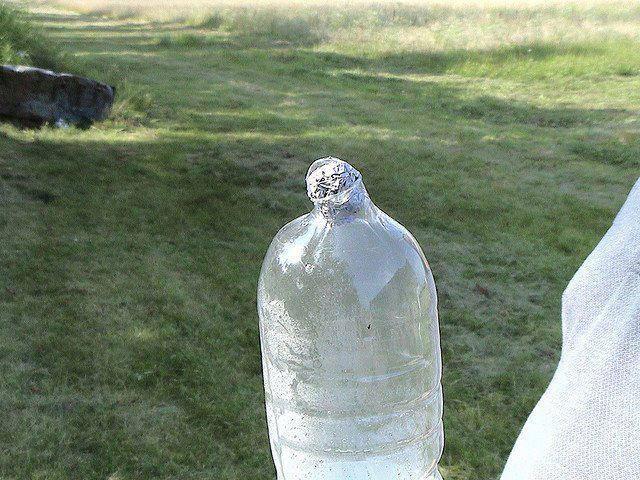 Garrafa com água e folha de alumínio causa explosão! Será? (foto: Reprodução/Facebook)