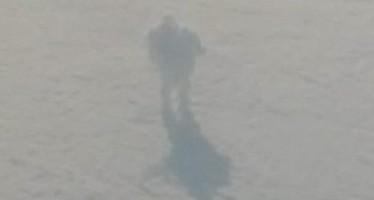 Passageiro flagra um gigante caminhando sobre as nuvens! Será verdade? (foto: Reprodução/Facebook)