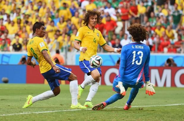 """Defesa de Guilhermo Ochoa contra o Brasil no jogo do dia 17 de junho de 2014, em Fortaleza - CE. Note que o goleiro possui """"apenas"""" 5 dedos na mão direita! (foto: Reprodução/Laurence Griffiths)"""