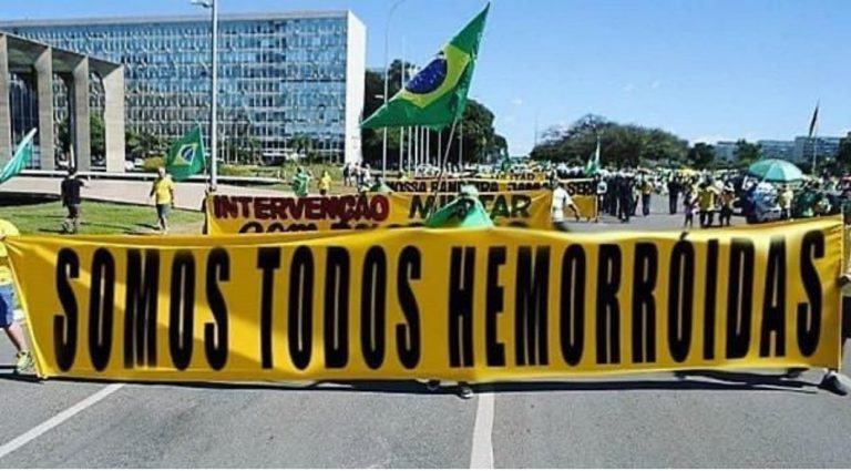 """Apoiadores do presidente exibem faixa com os dizeres """"Somos todos hemorroidas""""?"""