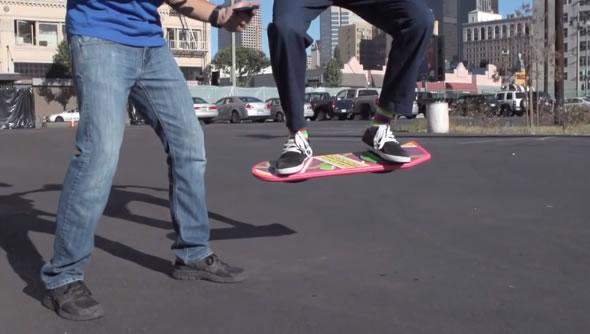 Empresa teria criado um hoverboard que flutua igual no filme! Será? (foto: reprodução/YouTube)