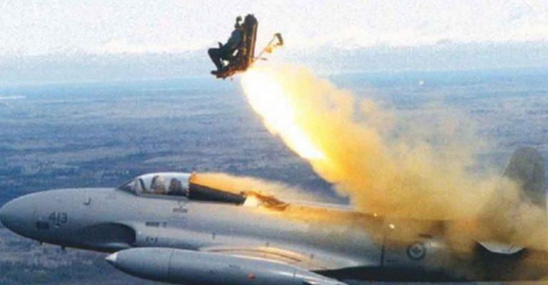 Um idoso ganhou viagem em jato da força aérea, mas foi ejetado sem querer?
