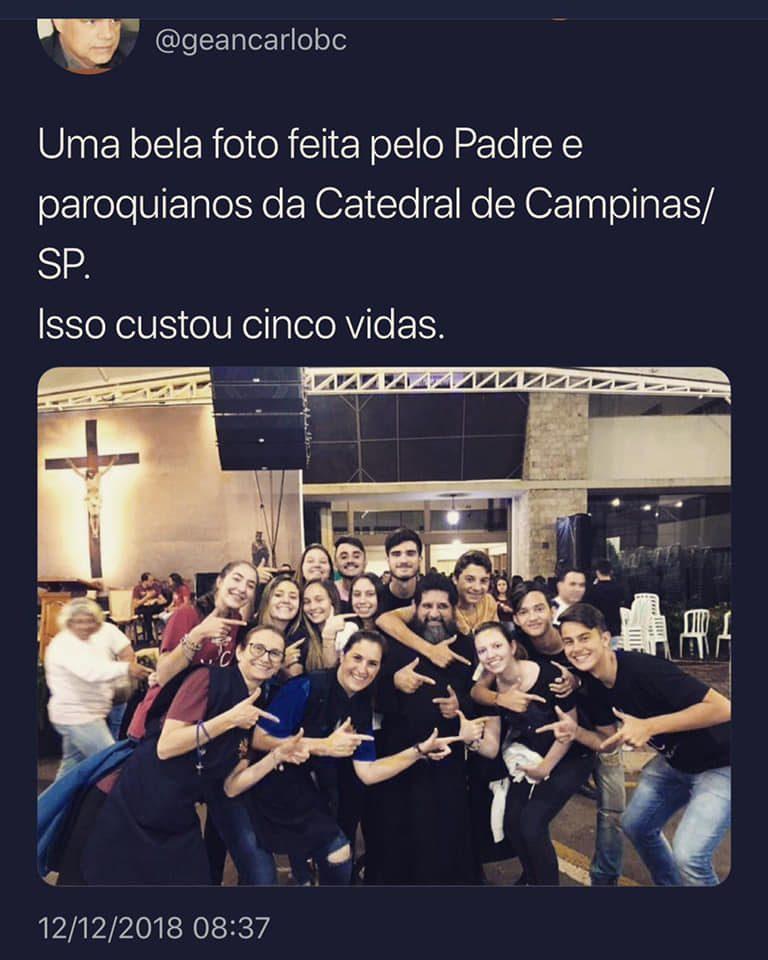 O padre da Catedral de Campinas posou com fiéis imitando armas com as mãos?