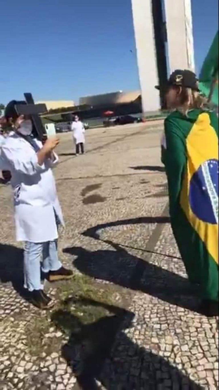 A sombra da Morte apareceu em foto de manifestantes contra enfermeiras?