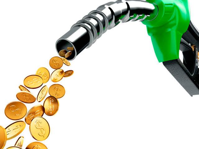 É verdade que os combustíveis estão caros por causa do ICMS?