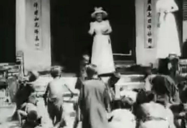 Antigo vídeo mostra mulheres alimentando crianças como se fossem animais na Indochina Francesa?