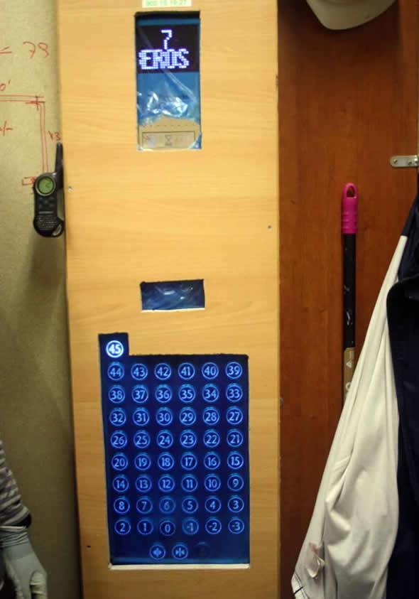 Painel de um dos elevadores possui botões para todos os andares! (foto: Reprodução/Raquél Lopez)